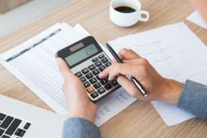 finanse-rachunkowość-biurka-przy-użyciu-papieru_1262-2292