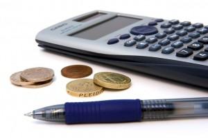 pieniądze-biznes-kalkulator-sprzęt-biurowy-długopis_121-1818